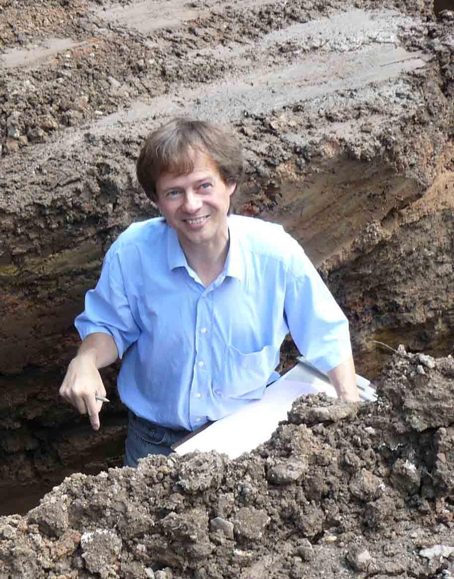 Archäologe Joachim Schween bei Untersuchungen am Kirchplatz August 2009